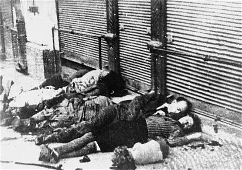 Pogromul de la Iași din 27 - 29 iunie 1941 - Evrei asasinați pe strada Vasile Conta din Iași în timpul pogromului din 1941 - foto preluat de pe ro.wikipedia.org