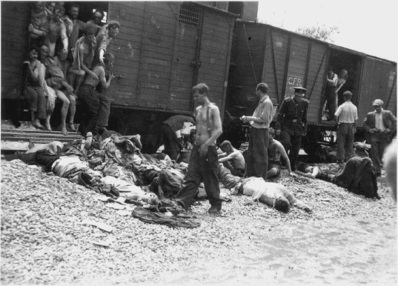 Pogromul de la Iași - (27 - 29 iunie 1941)i - Trenurile morții - deschiderea ușii unui vagon -foto preluat de pe ro.wikipedia.org