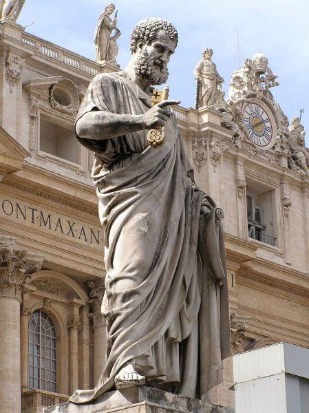 Statuia Sfântului Petru din fața Bazilicii Sf. Petru, reprezentat cu cheile Raiului - foto preluat de pe ro.wikipedia.org