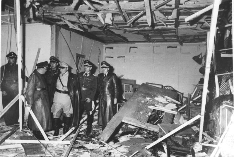Atentatul din 20 iulie 1944 împotriva lui Hitler - (Martin Bormann, Hermann Göring, and Bruno Loerzer surveying the damaged conference room) - foto preluat de pe en.wikipedia.org