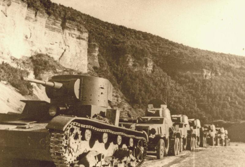 Intrarea unei coloane blindate sovietice în Basarabia, în anul 1940 - foto preluat de pe ro.wikipedia.org