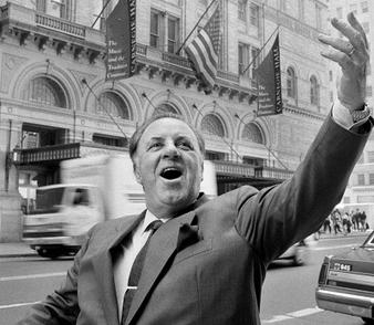 Carlo Bergonzi (13 iulie 1924 – 25 iulie 2014) a fost un tenor italian - Carlo Bergonzi in front of Carnegie Hall in New York, 1994 - foto preluat de pe en.wikipedia.org