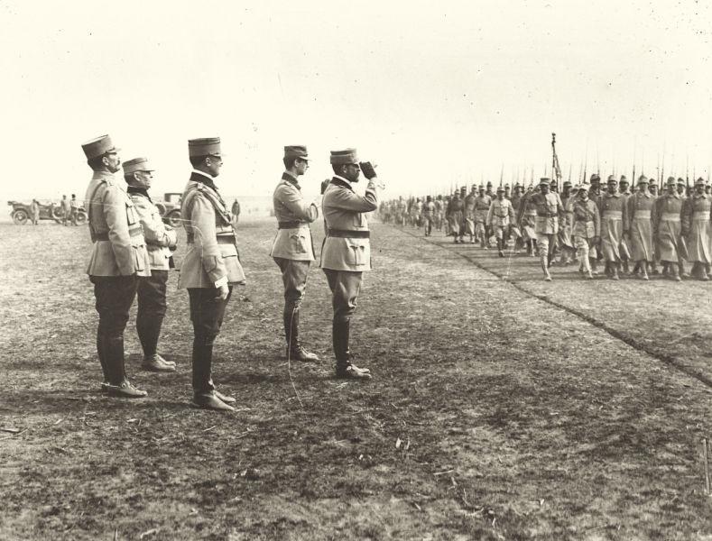 Generalul Eremia Grigorescu alături de Regele Ferdinand şi de Principele Carol, primind defilarea trupelor armatei după depunerea jurămâtului în vara anului 1917 - foto preluat de pe ro.wikipedia.org