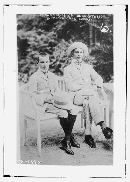 Prinţul Moştenitor Franz Joseph (dreapta) şi fratele său, Prinţul Karl August ,circa 1910 - foto preluat de pe ro.wikipedia.org