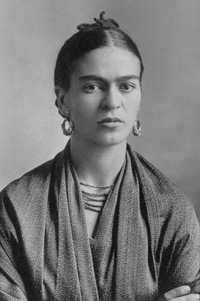 Frida Kahlo de Rivera (născută Magdalena Carmen Frieda Kahlo y Calderón; 6 iulie 1907 – 13 iulie 1954) a fost o pictoriță mexicană care s-a făcut cunoscută mai ales prin autoportretele sale pictate într-un stil suprarealist - Kahlo in 1932, photographed by her father Guillermo Kahlo - foto preluat de pe en.wikipedia.org