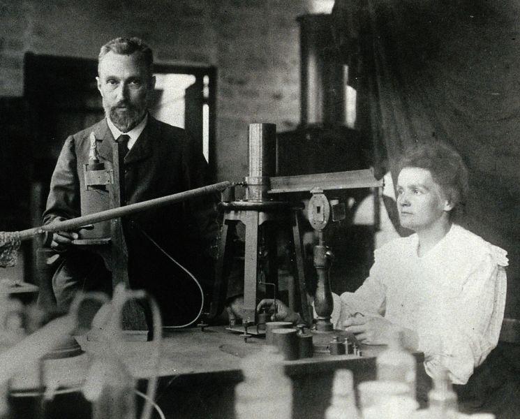 Marie și Pierre Curie în laboratorul lor improvizat în incinta l'École de Physique et de Chimie - foto preluat de pe ro.wikipedia.org