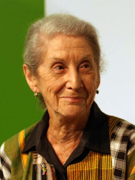 Nadine Gordimer (n. 20 noiembrie 1923, Springs, provincia Gauteng – d. 13 iulie 2014, Johannesburg) a fost una din cele mai cunoscute scriitoare din Africa de Sud - Gordimer at the Göteborg Book Fair, 2010 - foto preluat de pe ro.wikipedia.org