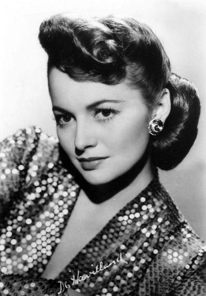 """Olivia Mary de Havilland (n. 1 iulie 1916, Tokyo, Japonia) este o mare actriță de film, câștigătoare a premiului Oscar pentru """"Cea mai bună actriță"""" în 1947 și 1950 - Film still of de Havilland, circa 1945 - foto preluat de pe ro.wikipedia.org"""