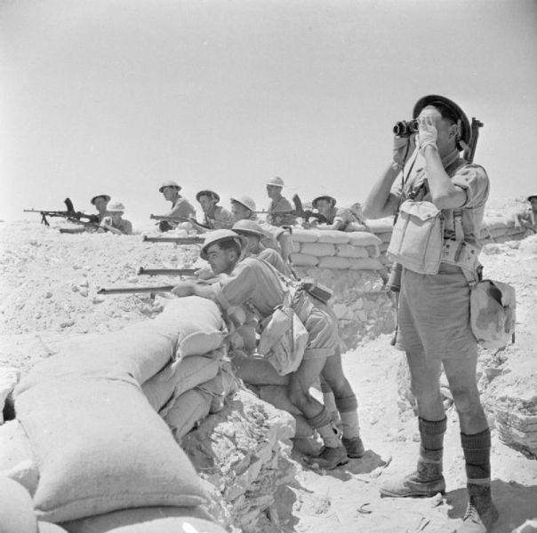 Prima bătălie de la El Alamein (1–27 iulie 1942) Parte din parte a luptelor campaniei din Africa de nord a celui de-al doilea război mondial - Infanteria Commonwealthului britanic pe poziţiile întărite cu saci de nisip lângă El Alamein, 17 iulie 1942 - foto preluat de pe ro.wikipedia.org