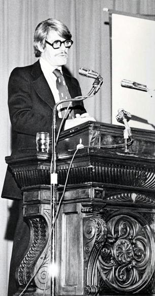 Radu Florescu (n. 23 octombrie 1925 – d. 18 mai 2014) a fost un istoric și profesor universitar de origine română - Florescu speaking at Clemson University in 1977 - foto preluat de pe en.wikipedia.org