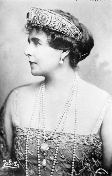 Maria a României (n. 29 octombrie 1875, Eastwell Park, Ashford, Kent, Anglia - d. 18 iulie 1938, castelul Pelişor-Sinaia, Regatul României) a fost principesă de coroană şi a doua regină a României, în calitate de soţie a principelui de coroană devenit ulterior regele Ferdinand I al României. A fost mama regelui Carol al II-lea. Maria, născută Marie Alexandra Victoria de Saxa-Coburg şi Gotha, a fost mare prinţesă a Marii Britanii şi Irlandei, fiind nepoata reginei Victoria a Marii Britanii - foto preluat de pe ro.wikipedia.org