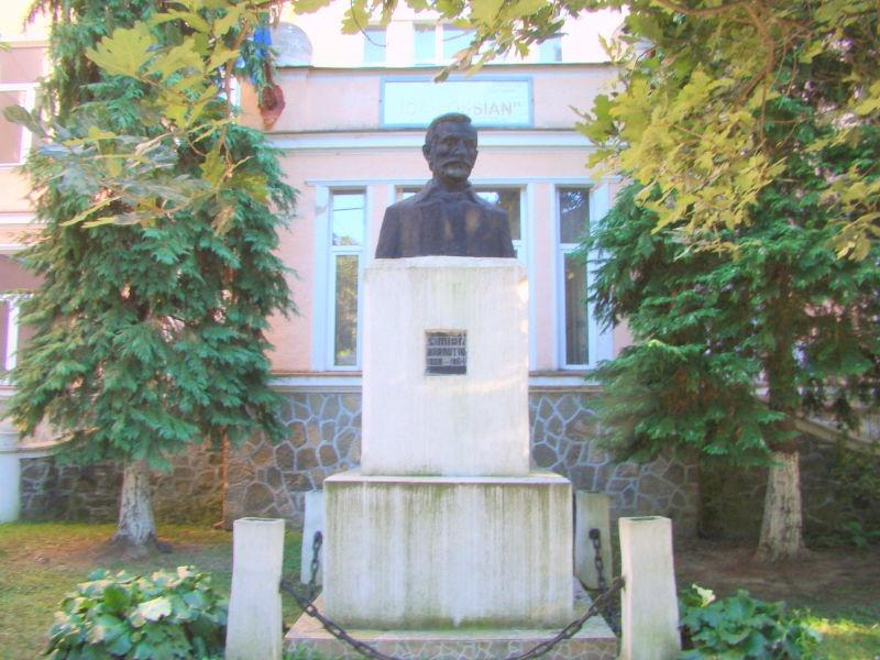 Bustul lui Simion Bărnuţiu din Şimleu Silvaniei, sculptor Gavril Covalschi - foto preluat de pe ro.wikipedia.org