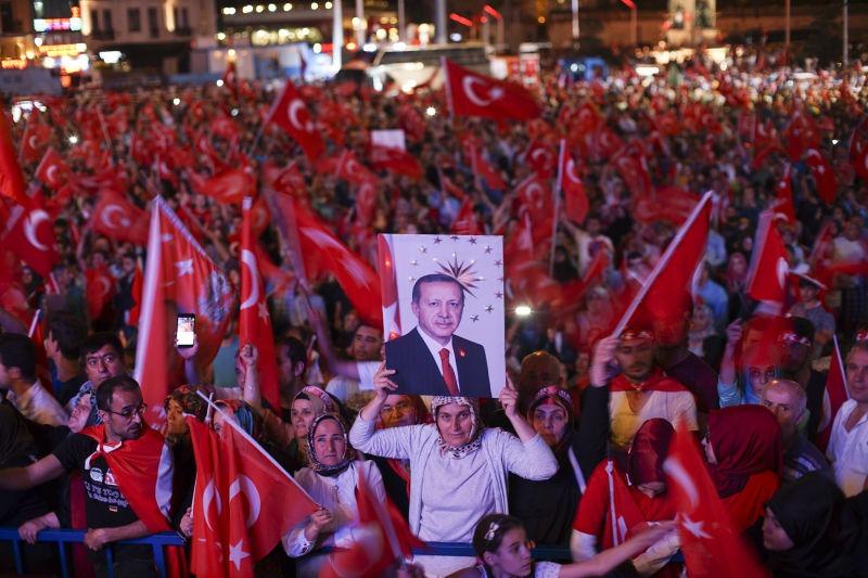 After coup nightly demonstration of president Erdoğan supporters, Istanbul - foto preluat de pe en.wikipedia.org