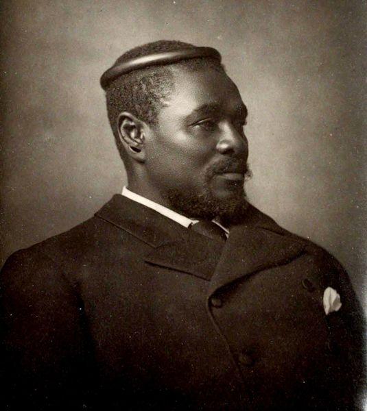Cetshwayo kaMpande (1826 – 8 februarie 1884) a fost rege al Regatului Zulu din 1872 până în 1879 şi liderul zuluşilor în timpul războiului anglo-zuluş (1879). Numele lui a fost transliterat ca Cetawayo, Cetewayo, Cetywajo şi Ketchwayo. El a condus naţiunea zulu în victoria împotriva britanicilor în Bătălia de la Isandlwana - Fotografie a lui Cetshwayo de Alexander Bassano, Londra - foto preluat de pe ro.wikipedia.org