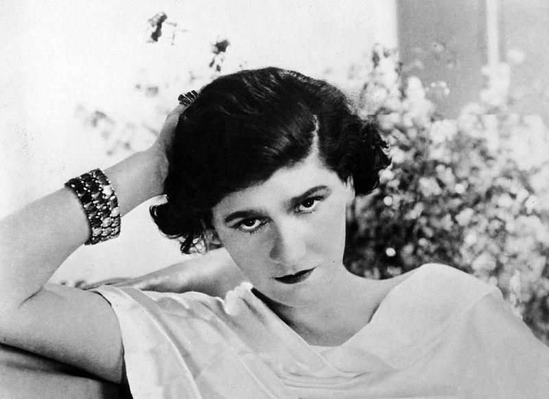 """Gabrielle Bonheur """"Coco"""" Chanel (n. 19 august 1883 - d. 10 ianuarie 1971) este considerată una dintre cele mai mari creatoare de modă ale secolului al XX-lea. In 1916, a lansat o linie a eleganţei feminine care s-a impus drept """"stilul Chanel"""" - foto preluat de pe en.wikipedia.org"""