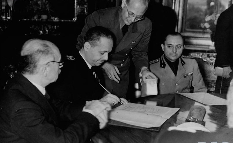 Second Vienna Award (30 August 1940) Hungarian Foreign Minister István Csáky signing the agreement - foto preluat de pe en.wikipedia.org