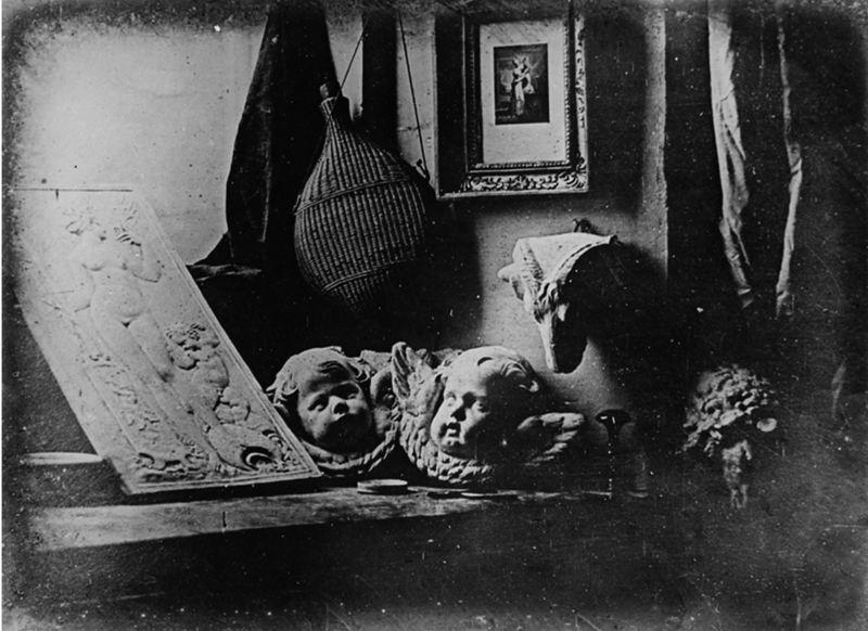 O fotografie realizată de Louis Daguerre în 1837 prin daghereotipie, reprezentând un colț din atelierul său - foto preluat de pe ro.wikipedia.org