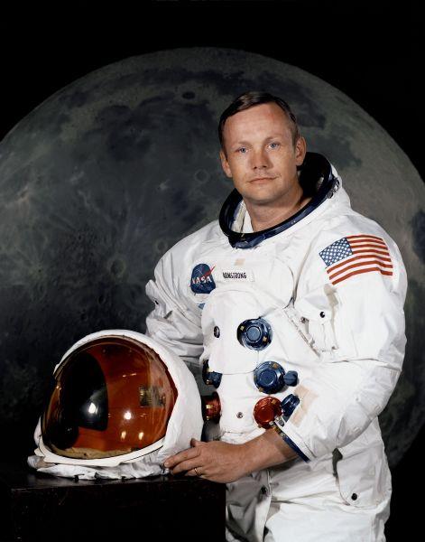 Neil Armstrong (n. 5 august 1930 - d. 25 august 2012) a fost un astronaut american, pilot de încercare şi pilot naval, cunoscut ca fiind primul om care a păşit pe Lună - Armstrong în 1969 - foto preluat de pe ro.wikipedia.org