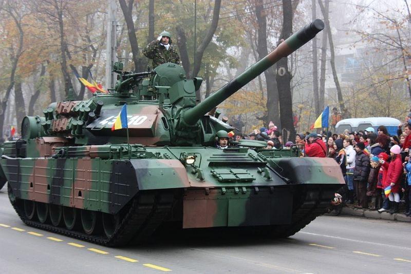 TR-85M1 la parada militară din Bucureşti, cu prilejul Zilei Naţionale a României (2008) - foto preluat de pe ro.wikipedia.org
