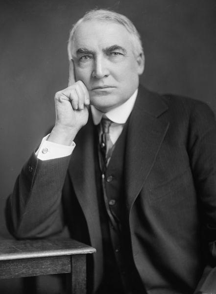 Warren Gamaliel Harding, cunoscut mai ales ca Warren G. Harding, (n. 2 noiembrie 1865 – d. 2 august 1923) a fost un politician american și cel de-al douăzeci și nouălea președinte al Statele Unite ale Americii, servind în funcție din 1921 până în 1923 - Warren G. Harding, by Harris & Ewing - foto preluat de pe en.wikipedia.org