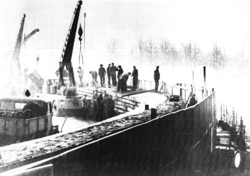 Muncitorii est-germani ridicând Zidul Berlinului, 20 noiembrie 1961 - foto preluat de pe en.wikipedia.org