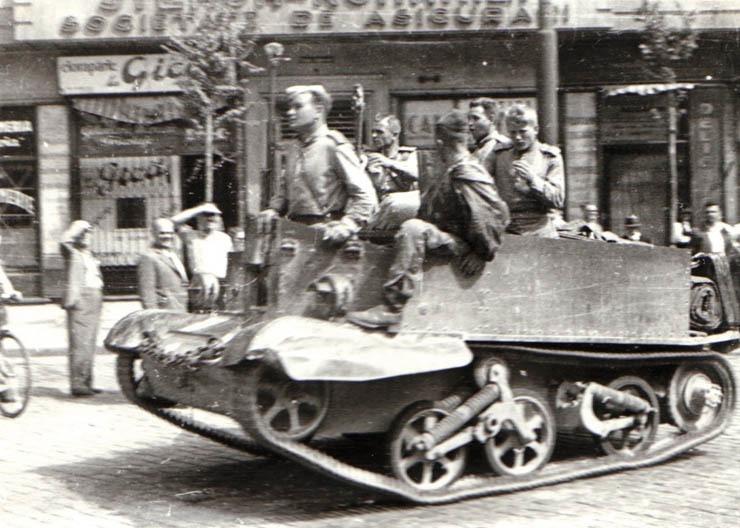 """Intrarea Armatei Sovietice în Bucureşti. Bulevardul Carol (30 august 1944) - foto preluat de pe """"Fototeca online a comunismului românesc"""" - Cota: 63/1944"""