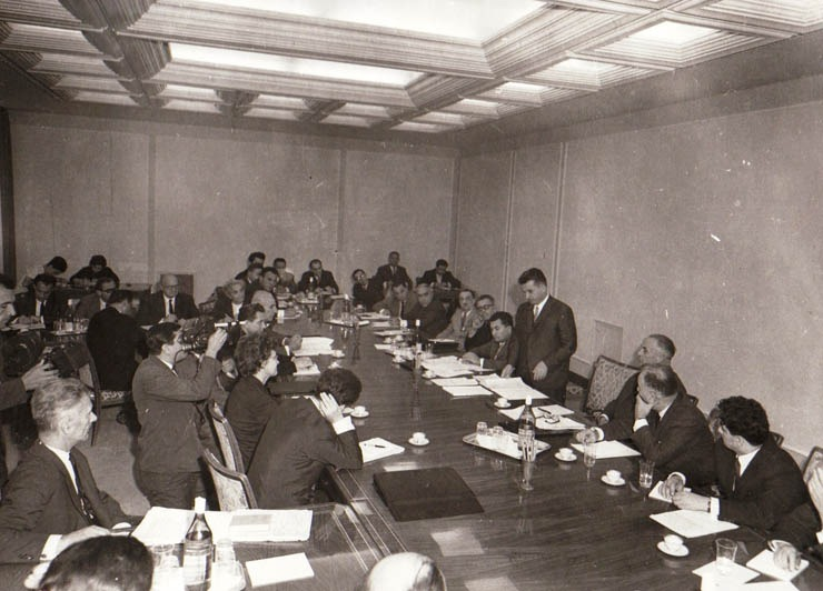 """Aspect de la consfătuirea ce a avut loc la C.C. al P.C.R. cu cadrele medicale asupra problemelor privind creşterea natalităţii şi îmbunătăţirea măsurilor de ocrotire a mamei şi copilului - foto preluat de pe """"Fototeca online a comunismului românesc"""", cota arhivistică 431/1966"""
