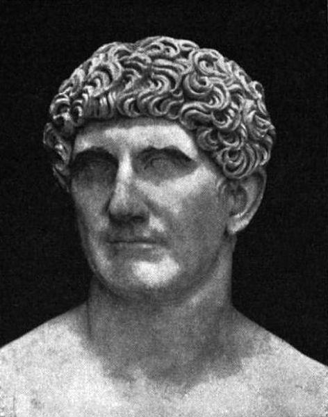 Marc Antoniu (n. 82 î.Hr., Roma, Republica Romană — d. 1 august 30 î.Hr., Alexandria, Egipt) a fost un general şi politician roman, locotenent al lui Cezar, membru, alături de Octavian şi Lepidus, al celui de-al II-lea triumvirat (43 î.Hr.). Victorios la Filippi (42 î.Hr.) asupra forţelor lui Brutus şi Cassius, ucigaşii lui Cezar, devine figura dominantă a triumviratului. Primeşte guvernarea provinciilor din Orient, pleacă spre Asia şi are o întrevedere cu regina Egiptului, Cleopatra, în octombrie 41 î.Hr., cu care s-a căsătorit. Comportamentul lui moral şi politic duce la ascuţirea conflictului cu Octavian, al cărui rezultat a fost bătălia de la Actium (31 î.Hr.) în care Antoniu a fost înfrânt. Aflând de sinuciderea Cleopatrei care, aşa cum spune legenda, se lăsase muşcată de vipere, Marc Antoniu se sinucide - foto preluat de pe ro.wikipedia.org