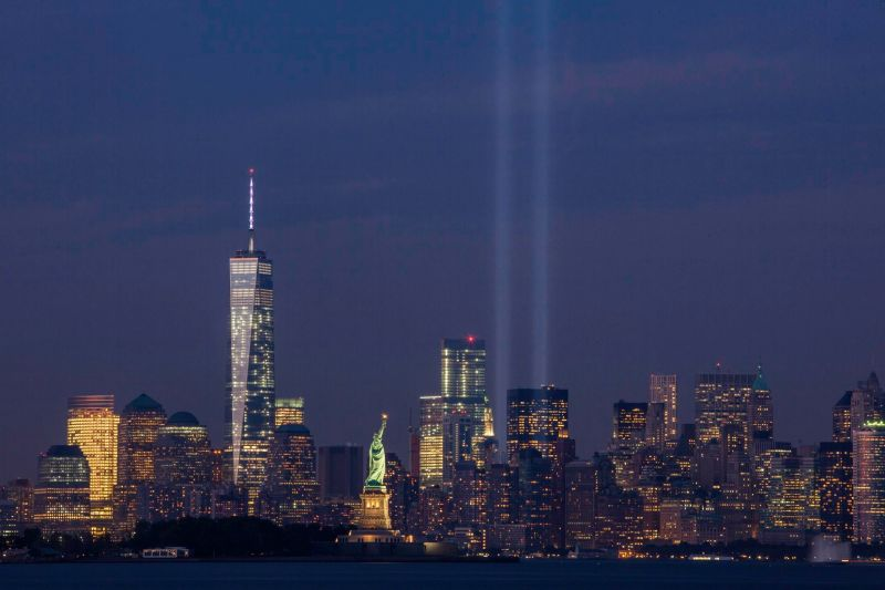 The Tribute in Light on September 11, 2014, on the thirteenth anniversary of the attacks, seen from Bayonne, New Jersey. The tallest building in the picture is the new One World Trade Center - foto preluat de pe en.wikipedia.org