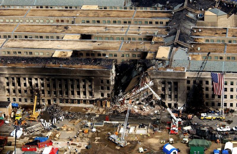 Atentatele din 11 septembrie 2001 -Pentagonul avariat de incendiu și parțial prăbușit - foto preluat de pe ro.wikipedia.org