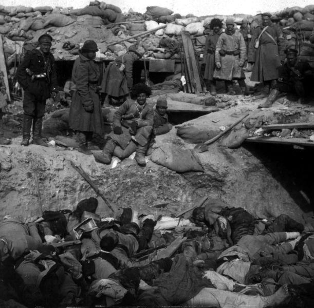 Războiul ruso-japonez (1904–1905) - Soldaţi ruşi privind la trupurile soldaţilor japonezi căzuţi în tranşee - foto preluat de pe ro.wikipedia.org