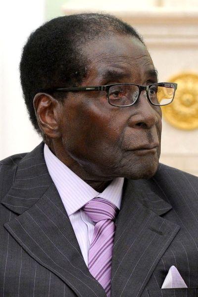 Robert Mugabe (n. 21 februarie 1924, Kutama, Rhodesia de Sud, Imperiul Britanic – d. 6 septembrie 2019, Singapore a fost un politician zimbabwean, care a fost preşedintele Republicii Zimbabwe din 1987 până în anul 2017 - foto preluat de pe ro.wikipedia.org
