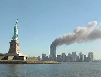 Atentatele din 11 septembrie 2001 - Statuia libertăţii, WTC -  foto preluat de pe ro.wikipedia.org