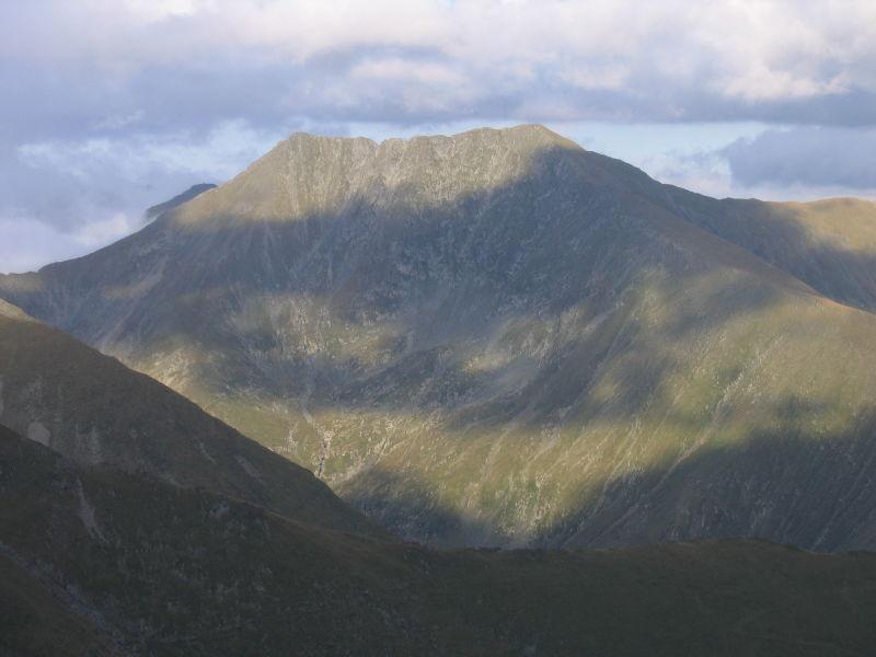 Vârful Moldoveanu este vârful muntos cel mai înalt din România, situat în Masivul Făgăraş, judeţul Argeş. Altitudinea sa este 2544 metri - foto preluat de pe ro.wikipedia.org