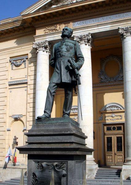 Statuia dr. Carol Davila, operă a sculptorului Carol Storck, se găseşte în curtea din faţa intrării principale a Palatului Facultăţii de Medicină din Bucureşti - foto preluat de pe ro.wikipedia.org