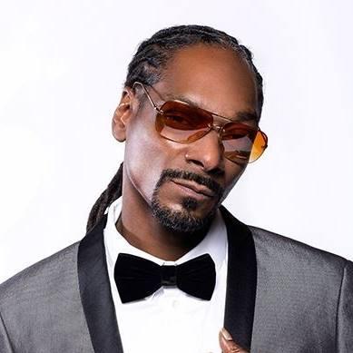 Calvin Cordozar Broadus, Jr. (n. 20 octombrie 1971 în Long Beach, California) este un rapper, singer, compozitor, producător muzical și actor american. Din iulie 2012 folosește numele de scenă Snoop Lion, iar în trecut a folosit numele Snoop Doggy Dogg, dar cel mai notabil a fost Snoop Dogg - foto preluat de pe www.facebook.com
