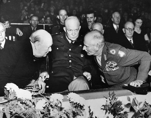 Sir Winston Leonard Spencer Churchill (n. 30 noiembrie 1874 - d. 24 ianuarie 1965) a fost un om politic britanic, prim-ministru al Regatului Unit în Al Doilea Război Mondial. Deseori apreciat ca fiind unul din cei mai mari lideri de război ai secolului, a servit ca prim-ministru în două mandate (1940-1945) și (1951-1955). A fost ofițer în Armata Britanică, istoric, scriitor și artist. Este singurul prim-ministru britanic laureat al Premiului Nobel pentru Literatură (în 1953) și a fost prima persoană care a primit titlul onorific de Cetățean de Onoare al Statelor Unite - Churchill with American General Dwight D. Eisenhower and Field Marshal Bernard Law Montgomery at a meeting of NATO in October 1951, shortly before Churchill was to become prime minister for a second time - foto preluat de pe en.wikipedia.org