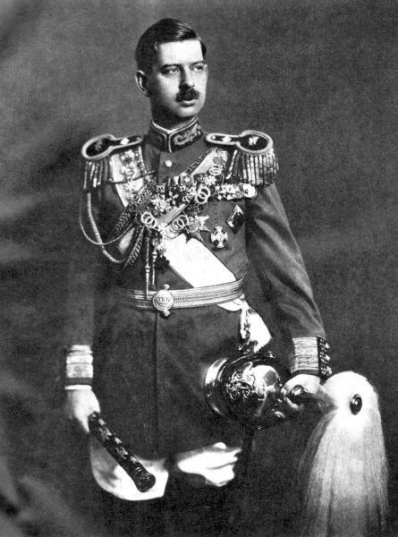 Carol al II-lea al României (n. 15 octombrie 1893 – d. 4 aprilie 1953) a fost regele României între 8 iunie 1930 și 6 septembrie 1940. Carol a fost primul născut al viitorului rege Ferdinand I al României și al soției sale, principesa Maria, dobândind prin naștere titlul de Principe de Hohenzollern-Sigmaringen (transformat mai târziu de Ferdinand în Principe al României). După accederea la tron a părinților săi a devenit Principele moștenitor Carol al României. S-a remarcat, în timpul Primului Război Mondial, prin dezertarea din armată și căsătoria ilegală cu Ioana Lambrino, ceea ce a avut drept urmare două renunțări la tron, neacceptate de tatăl său. După dizolvarea acestui mariaj, a făcut o lungă călătorie în jurul lumii, la capătul căreia a cunoscut-o pe principesa Elena a Greciei, cu care s-a căsătorit în martie 1921, cuplul având un copil, pe principele Mihai. Carol și-a părăsit familia și a rămas în străinătate în decembrie 1925, renunțând din nou la tron și trăind în Franța cu Elena Lupescu, sub numele de Carol Caraiman. Mihai a moștenit tronul la moartea regelui Ferdinand, în 1927 (Regele Carol al II-lea în 1938) - foto preluat de pe ro.wikipedia.org