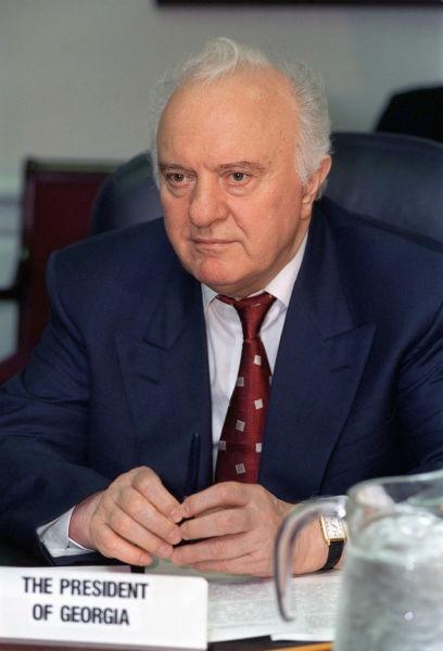 Eduard Șevardnadze (n. 25 ianuarie 1928 - 7 iulie 2014) a fost un politician și diplomat georgian. Șevardnadze a servit ca Prim Secretar al Partidului Comunist Georgian (de facto liderul Georgiei Sovietice) între 1972 și 1985, și apoi, ministru de externe al Uniunii Sovietice între 1985 și 1991, în perioada când la conducerea acesteia se afla Mihail Gorbaciov. După destrămarea Uniunii Sovietice, între anii 1992 și 2003 Șevardnadze a ocupat funcția de președinte al Georgiei, conducând țara în mod autoritar, și venind la putere prin înlăturarea forțată a președintelui democratic ales, Zviad Gamsahurdia. În perioada președinției sale Georgia a pierdut controlul asupra regiunilor Abhazia, Osetia de Sud și a slăbit autoritatea puterii centrale în Adjaria. El a fost forțat să se retragă în 2003, ca urmare a sângeroasei Revoluții a Trandafirilor - foto preluat de pe ro.wikipedia.org