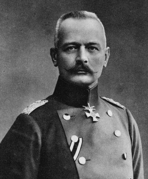 Erich von Falkenhayn (n. 11 septembrie 1861, Burg Belchau, Prusia – d. 8 aprilie 1922, Potsdam, Republica de la Weimar) a fost unul dintre generalii armata Germaniei din Primul Război Mondial. A îndeplinit funcţia de şef al Statului Major General german între de la începerea războiului până în august 1916, când a fost înlocuit de generalul Paul von Hindenburg. În anul 1916 a comandat cu succes contraofensiva Armatei 9 germană în Bătălia de la Sibiu şi în Bătălia pentru Bucureşti, după care a intrat victorios în Bucureşti, în data de 6 decembrie 1916 - foto preluat de pe ro.wikipedia.org