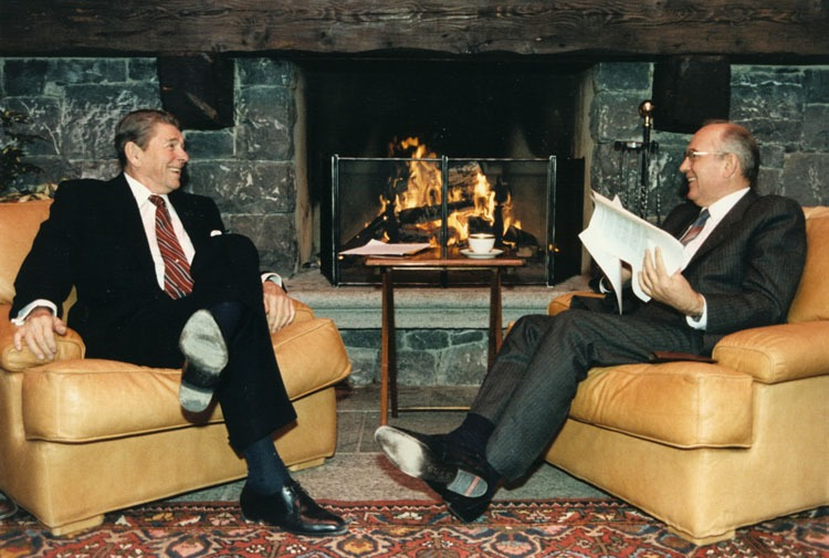 US President Ronald Reagan and Soviet General Secretary Mikhail Gorbachov at the first Summit in Geneva, Switzerland (November 19–20, 1985) - foto preluat de pe en.wikipedia.org