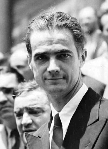 Howard Robard Hughes, Jr. (24 decembrie 1905 – 5 aprilie 1976), a fost un aviator, inginer, industriaș, producător/regizor de film, filantrop american și unul dintre cei mai bogați oameni din lume - Howard Hughes in February 1938 - oto preluat de pe en.wikipedia.org