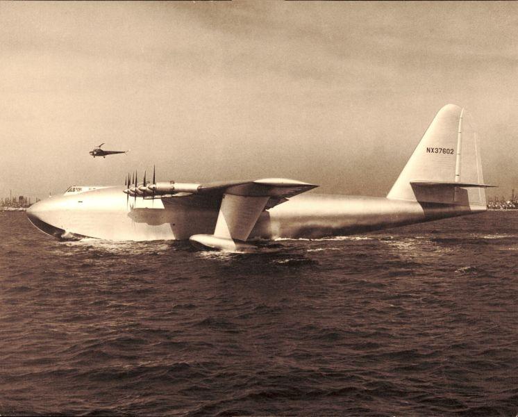 Hughes H-4 Hercules, finanțat de Howard Hughes, este cel mai mare hidroavion din lume. A fost creat initial pentru cel de-al doilea razboi mondial, dar constructia acestei aeronave s-a incheiat dupa terminarea razboiului - foto preluat de pe ro.wikipedia.org