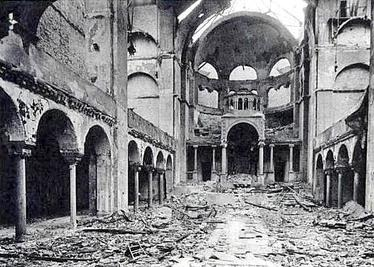 Kristallnacht - Noaptea de cristal (9 - 13 noiembrie 1938) - parte din Holocaust (The interior of the Fasanenstrasse Synagogue in Berlin after Kristallnacht) - foto preluat de pe en.wikipedia.org