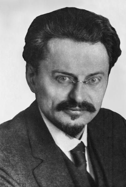 Lev Davidovici Troțki (n. 26 octombrie/7 noiembrie 1879, Bereslavka, Ucraina – d. 21 august 1940, Coyoacán, Mexic), născut Léiba sau Leib Bronștéin, a fost un revoluționar bolșevic și intelectual marxist rus născut într-o familie de evrei așkenazi din Ucraina. El a fost un politician influent la începuturile existenței Uniunii Sovietice, mai întâi Comisar al poporului pentru politica externă iar mai apoi ca fondator și prim comandant al Armatei Roșii și Comisar al poporului pentru apărare. A fost de asemenea membru fondator al Politburo-ului. În urma luptei pentru putere cu Iosif Vissarionovici Stalin din anii 1920, Troțki a fost exclus din Partidul Comunist și deportat din Uniunea Sovietică. A fost în cele din urmă asasinat în Mexic de un agent sovietic. Ideile lui Troțki formează bazele teoriei comuniste cunoscute sub numele de troțkism - (Photograph of Trotsky in 1929) - foto preluat de pe en.wikipedia.org