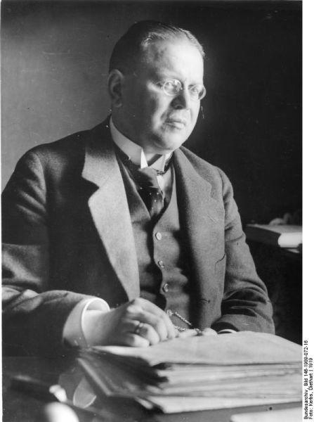 Matthias Erzberger (20 September 1875 – 26 August 1921) was a German publicist and politician, Reich Minister of Finance from 1919 to 1920 - (Erzberger in 1919) - foto preluat de pe en.wikipedia.org