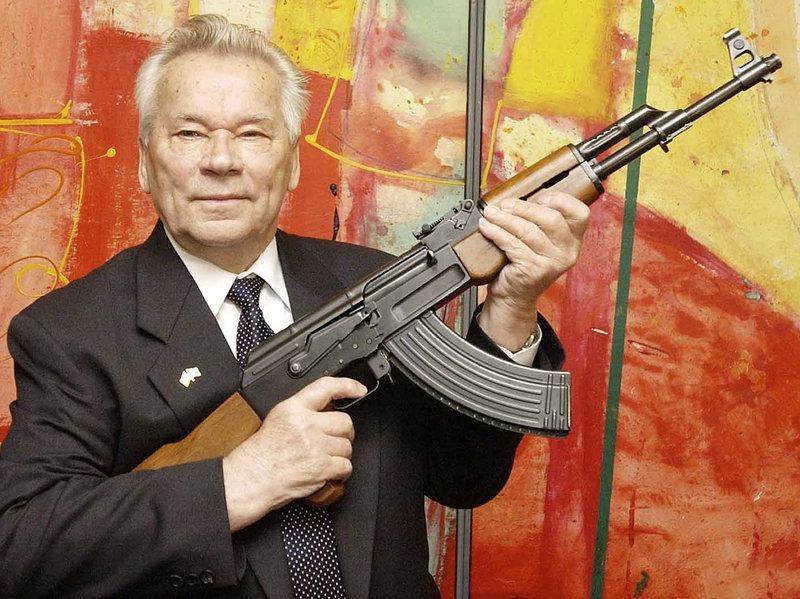 General-locotenent Mihail Timofeevici Kalașnikov (n. 10 noiembrie 1919, Kuria, Gubernia Altai, RSFSR - d. 23 decembrie 2013, la Ijevsk, Udmurtia, Federația Rusă) a fost un proiectant de arme de foc, cel mai cunoscut pentru crearea armelor de asalt AK-47, AKM și AK-74 - foto preluat de pe WWW.npr.org
