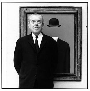 """René François Ghislain Magritte (n. 21 noiembrie 1898, Lessines, Hainaut, Belgia — d. 15 august 1967, Bruxelles) a fost un pictor belgian, reprezentant de frunte al suprarealismului în pictură (Portrait of Magritte in front of his painting """"The Pilgrim"""", taken by Lothar Wolleh in 1967) - foto preluat de pe en.wikipedia.org"""