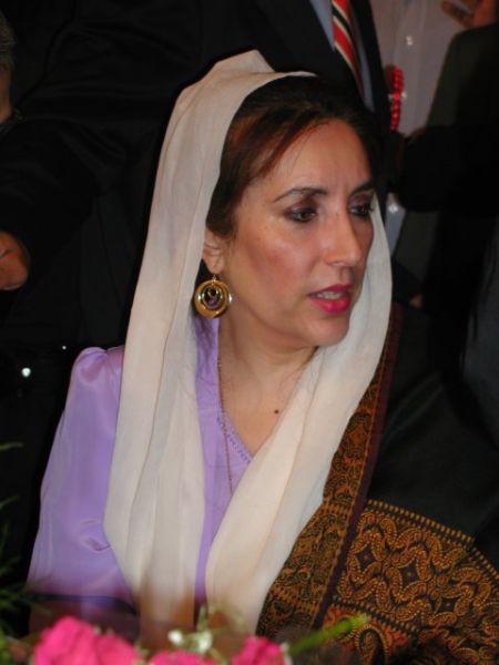 Benazir Bhutto (n. 21 iunie 1953, Karachi, provincia Sindh, Pakistan - d. 27 decembrie 2007, Rawalpindi, provincia Punjab) a fost din 1988 până în 1990 și din 1993 până în 1996 prim-ministru al Pakistanului - foto preluat de pe ro.wikipedia.org