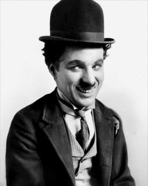 Charles (Charlie) Spencer Chaplin (n. 16 aprilie 1889, Londra, Marea Britanie, d. 25 decembrie 1977, Vevey, Elveția.) a fost un actor și regizor englez. Este considerat a fi unul dintre cele mai mari staruri de cinema din secolul XX. Cele mai renumite filme ale sale sunt City Lights (Luminile orașului), Modern Times (Timpuri noi) și The Great Dictator (Marele dictator) - foto preluat de pe ro.wikipedia.org